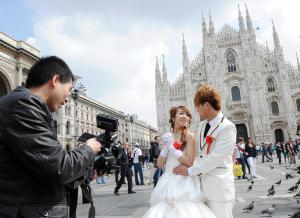 MATRIMONI IN ITALIA, FOTO SPOSI CINESI DAVANTI AL DUOMO A MILANO