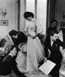 1949-Linda-Christian-prova-nellatelier-delle-Sorelle-Fontana-labito-da-sposa-per-il-suo-matrimonio-con-Tyrone-Power.-A-destra-Micol